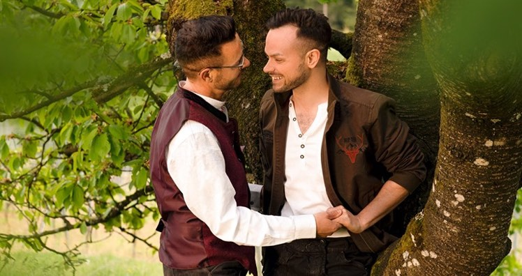 lier gay dating)